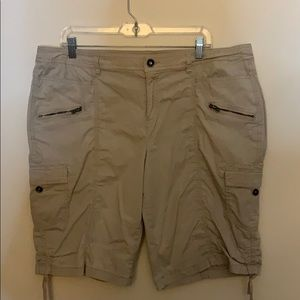 Ladies crop to the knees shorts cargo